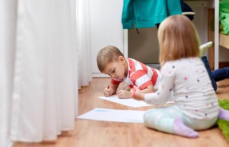 happy kids drawing at home 版權商用圖片