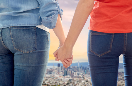 サンフランシスコ市の上に手をつないでゲイカップル 写真素材 - 99194496