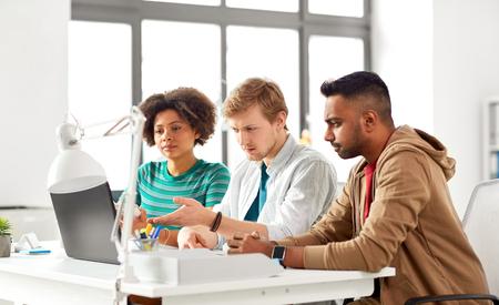 Travailleurs créatifs heureux avec des ordinateurs portables au bureau Banque d'images - 99259021