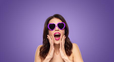 Frau mit rosa Lippenstift und Herzen geformt Schattierungen Standard-Bild - 100036723