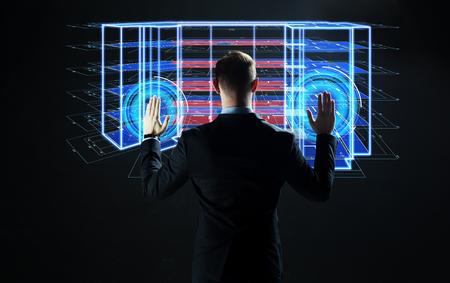 empresario con proyecto de construcción virtual