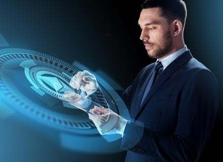 homme d & # 39; affaires avec tablette pc et hologramme ethereum