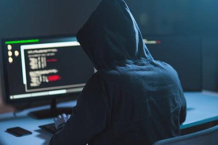 hacker che utilizza virus informatici per attacchi informatici