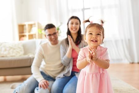 niña feliz y padres en casa