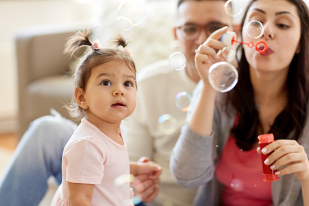 familia con pompas de jabón jugando en casa