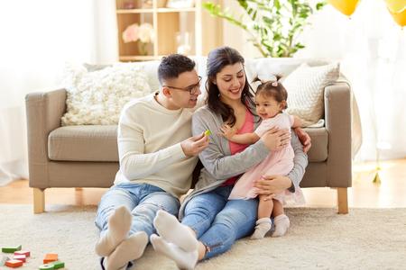 babymeisje met ouders thuis