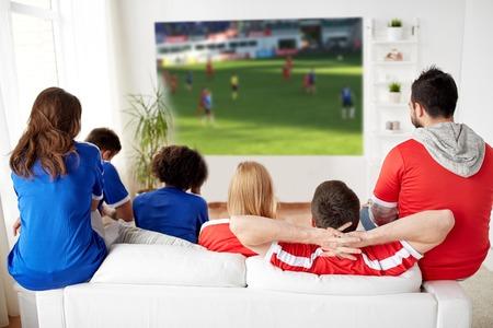 vrienden of voetbalfans die thuis naar voetbal kijken