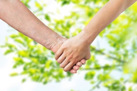 gros plan, de, aîné, et, jeune femme, tenant mains