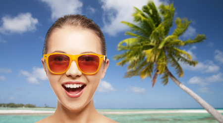 happy woman or teenage girl in sunglasses on beach Stockfoto