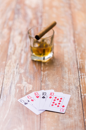 glass of whisky and playing cards on table Foto de archivo - 101872034