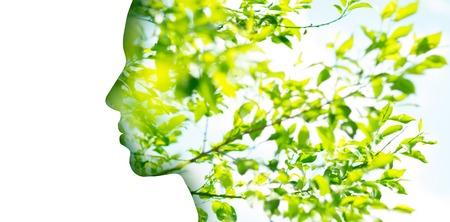 Perfil de mujer de doble exposición con follaje de árbol