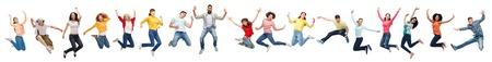 persone felici che saltano in aria su sfondo bianco