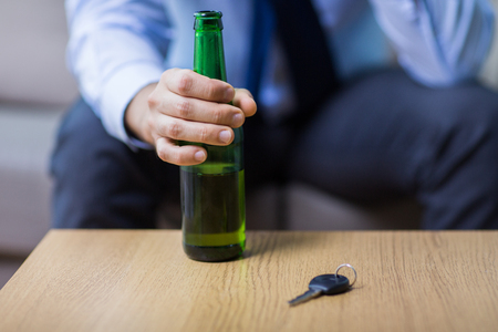 male hand with beer bottle and car key on table Banque d'images - 102981823