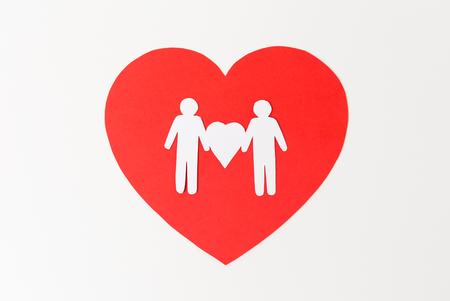 Pictograma de papel blanco de pareja masculina en corazón rojo Foto de archivo
