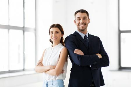 Glimlachende zakenvrouw en zakenman op kantoor Stockfoto