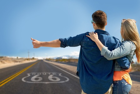 couple hitchhiking over us route 66 in america Stockfoto