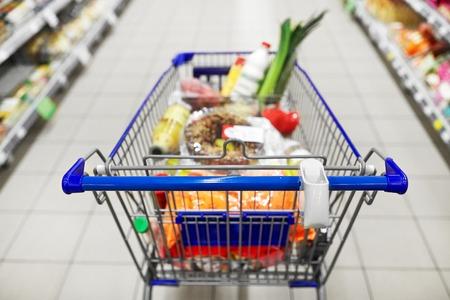 Essen im Einkaufswagen oder Wagen im Supermarkt Standard-Bild