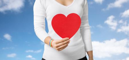 femme avec bracelet de conscience tenant coeur Banque d'images