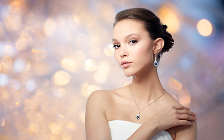 bella donna asiatica con orecchino e ciondolo