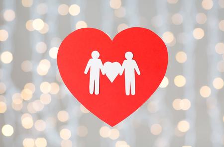 Pictograma de papel blanco de pareja masculina en corazón rojo