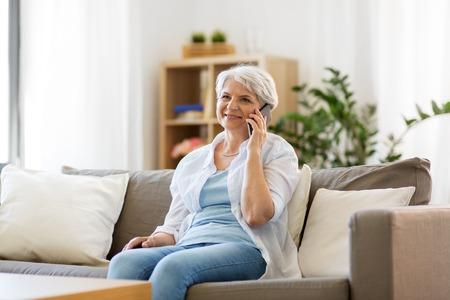 senior vrouw bellen op smartphone thuis