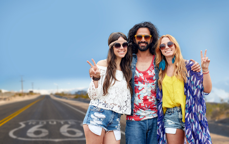 hippie friends showing peace over us route 66 Stockfoto