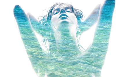 schoonheid en sensualiteit concept - dubbele blootstelling van mooie verleidelijke vrouw en blauw zeewater op witte achtergrond