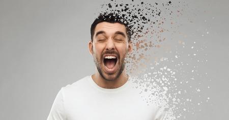 Hombre loco gritando en camiseta sobre fondo gris