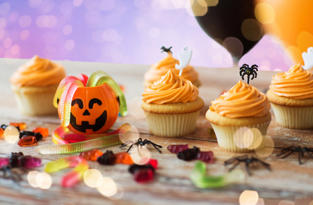 halloween party cupcakes or muffins on table Foto de archivo