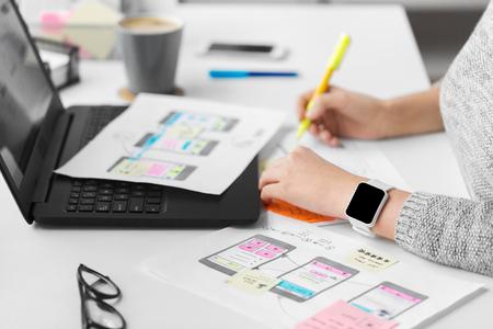 Webdesigner arbeitet an der Benutzeroberfläche im Büro Standard-Bild