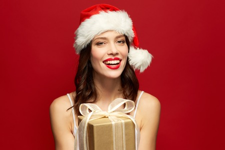 woman with red lipstick in santa hat at christmas Standard-Bild - 107536580