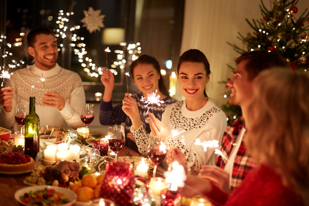 happy friends celebrating christmas at home feast Standard-Bild
