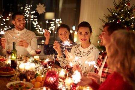 amigos felices celebrando la navidad en casa fiesta Foto de archivo