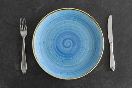 Nahaufnahme von Teller, Gabel und Messer auf dem Tisch
