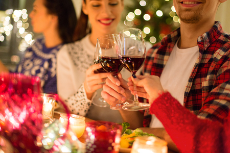 close up of friends with wine celebrate christmas Banque d'images - 109676558