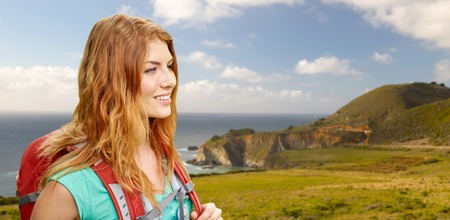 smiling woman with backpack on big sur coast Stock fotó