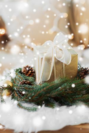 kerstcadeau en dennenkrans met kegels en ballen Stockfoto