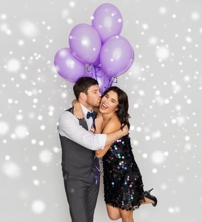 pareja feliz, con, globos violetas, besar, en, fiesta