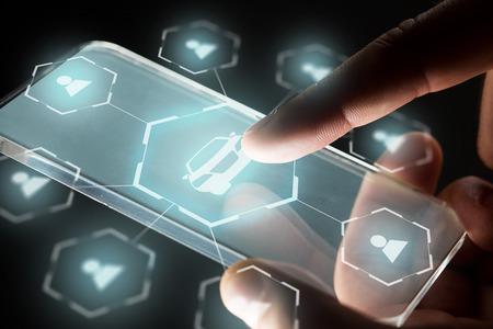 hand met pictogrammen voor smartphone en autodelen Stockfoto