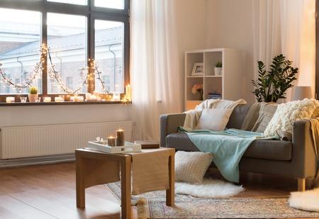 Wohnzimmer mit Weihnachtsgirlande zu Hause dekoriert Standard-Bild