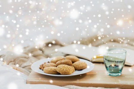 oatmeal cookies and candle in holder at home Stockfoto