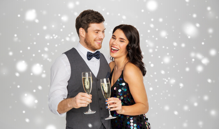feliz pareja con champagne celebrando la navidad