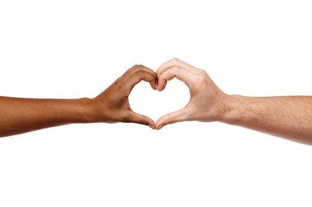 Hände unterschiedlicher Hautfarbe, die Herzform bilden