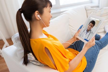 patient ayant une conversation vidéo avec un médecin sur un tablet pc Banque d'images