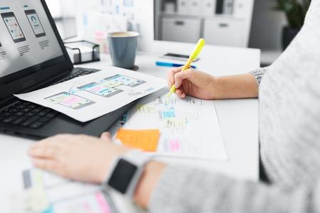 diseñador web trabajando en la interfaz de usuario en la oficina