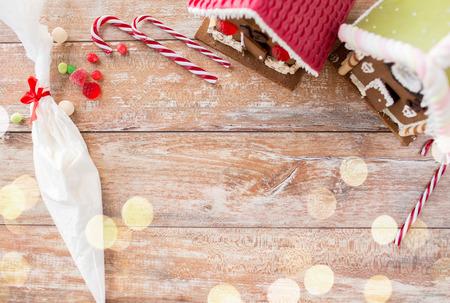 Weihnachtslebkuchenhäuser auf Holzuntergrund Standard-Bild