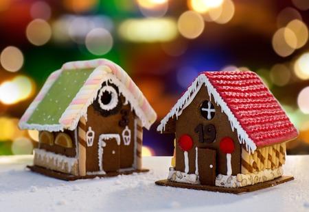 Lebkuchenhäuser über Weihnachtsbeleuchtung