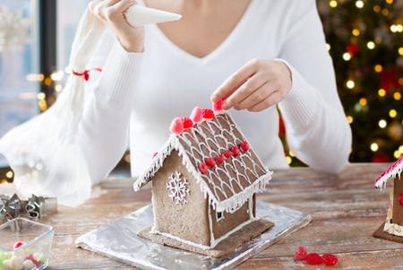Nahaufnahme einer Frau, die Lebkuchenhaus macht?