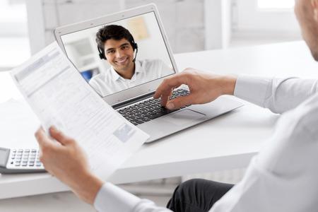 hombre de negocios, teniendo, videollamada, en, computadora portátil, en, oficina Foto de archivo