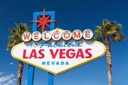 welcome to fabulous las vegas sign and palm trees Archivio Fotografico - 111828066